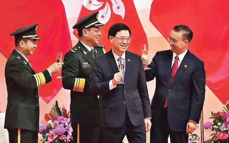 因特首林郑月娥赴北京参加中共建党百年活动,李家超(右二)今年7月1日以署任特首身份出席了香港七一庆回归酒会。(互联网)