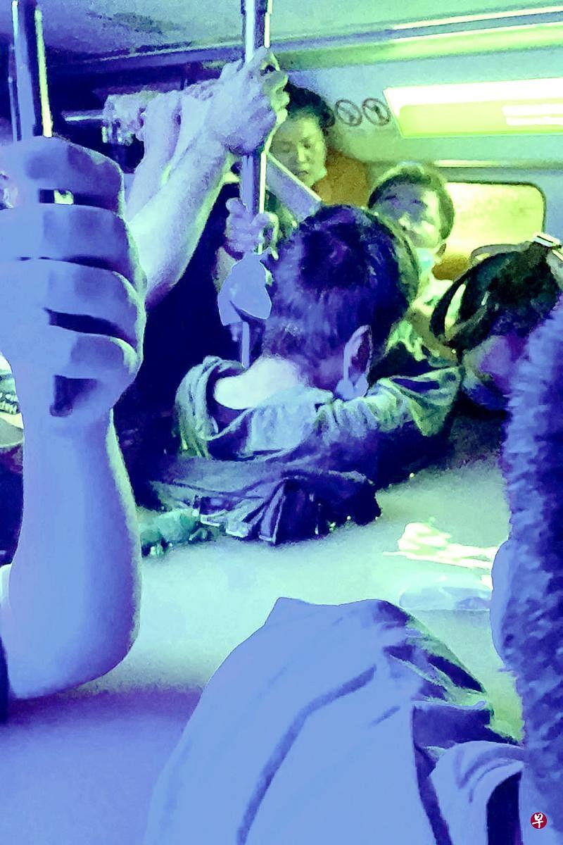 地铁乘客水中惊魂四小时