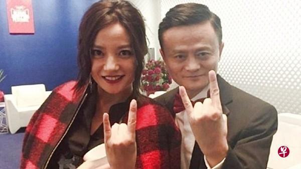 赵薇(左)与马云熟络。(互联网)