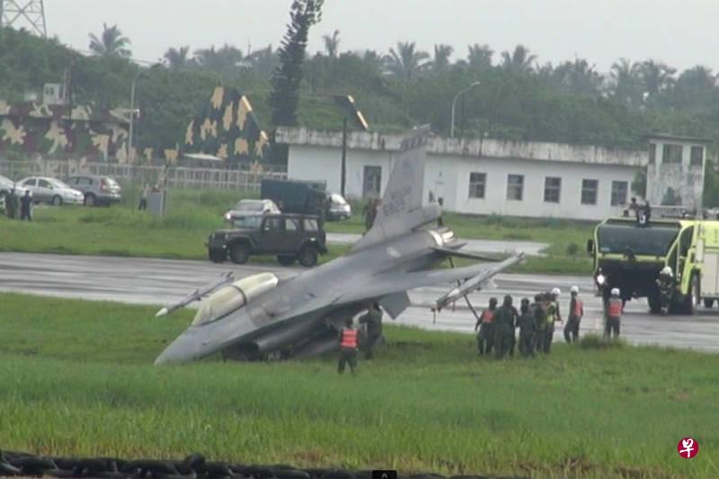 台军汉光预演F16战机冲出跑道 机头插入土中
